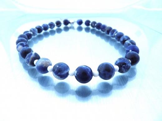 Halskette mit Sodalith und weißer Koralle - verkauft -