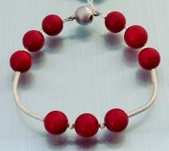 Perlenarmband aus rotem Muschelkernperlen mit Silberstäbchen