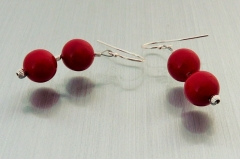 Perlenohrhaken aus rotem Muschelkernperlen
